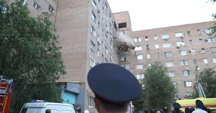Обрушение стены жилого дома в Оренбурге попало на видео