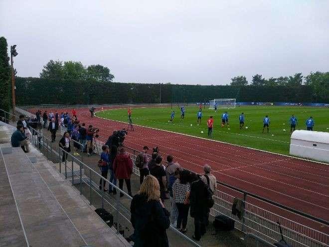 Первую тренировку сборной России во Франции посетили 78 человек