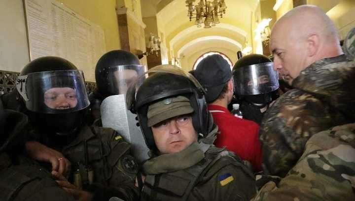 В горсовет Львова из-за «мусорных проблем» ворвались протестующие. Мэр сбежал