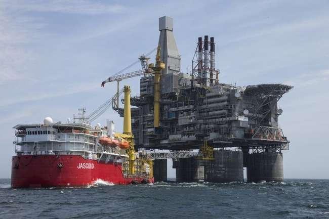 Роснефть установила в Охотском море самую большую в мире платформу