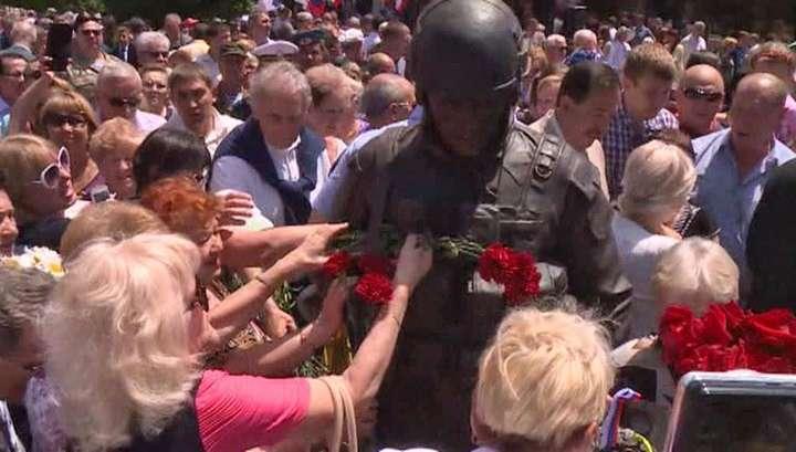 В Крыму «вежливых людей» любовно увековечили в бронзе
