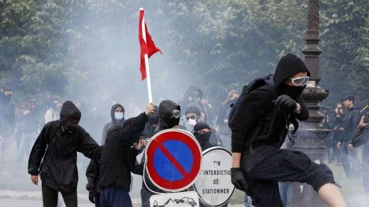 Массовые столкновения и нападения на журналистов: протесты в Париже переросли в беспорядки