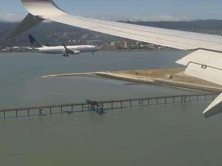 Пассажир снял на видео синхронную посадку двух самолётов