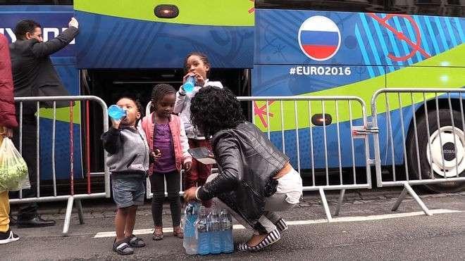 Очаровательные чернокожие дети украли у сборной России ящик воды