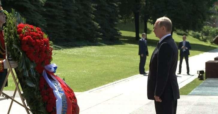 Владимир Путин возложил венок к Вечному огню у Могилы Неизвестного Солдата