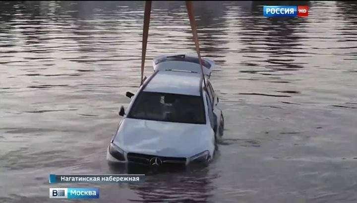 В Интернете появилось видео падения кроссовера в Москву-реку на Нагатинской набережной