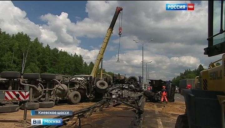 Перевернувшийся цементовоз парализовал Киевское шоссе в Москве