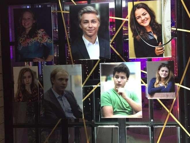 Выпускники Ломоносовской школы - 2016. Дмитрий Маликов младший (в центре)Фото: LifeCorrФото