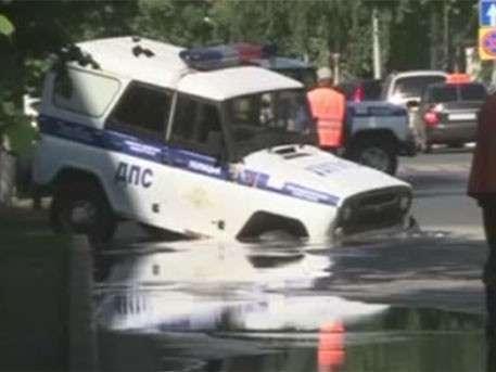 Машина ППС ушла под асфальт в Ульяновске