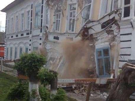 Обрушение стены колледжа под Тюменью попало на видео