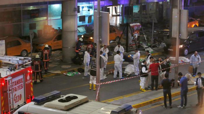 «Террористы расстреливали людей из автоматов»: очевидцы рассказали RT о теракте в Стамбуле