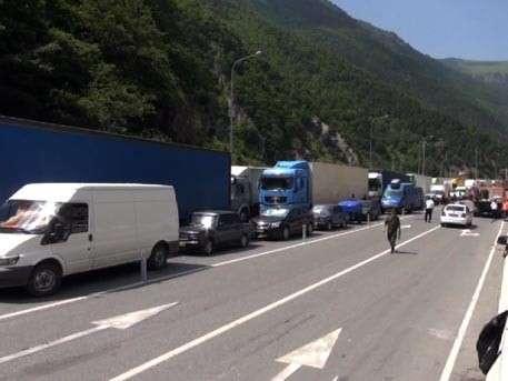 Сотни людей вынуждены жить в машинах на Военно-Грузинской дороге