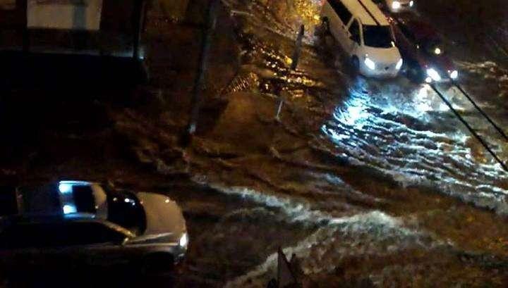 В Ростове-на-Дону девушку затянуло под автомобиль во время ливня