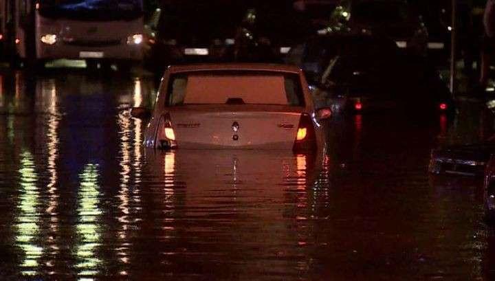 Шторм в Ростове-на-Дону: потоки воды сносили машины и людей