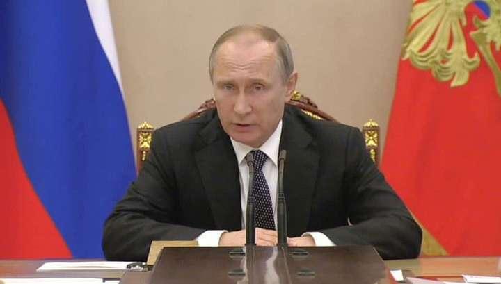 Владимир Путин запретил коллекторам силой выбивать из должников деньги