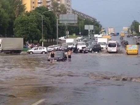 Севастопольский проспект в Москве ушёл под воду после ливня