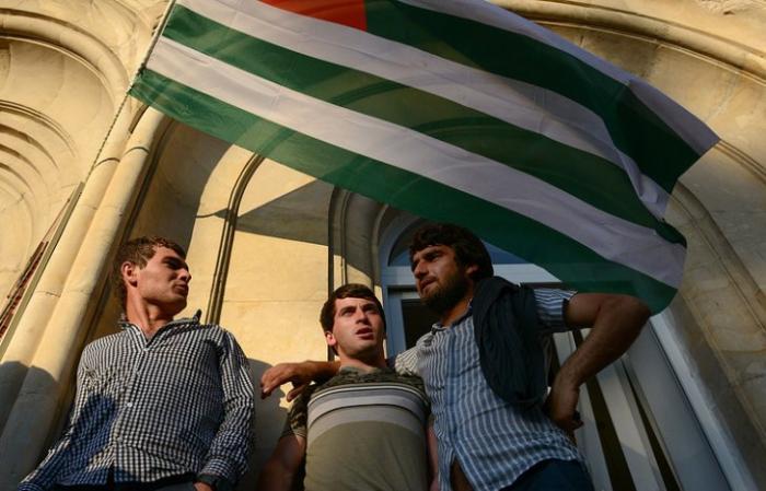 Сторонники оппозиции предприняли попытку штурма здания МВД в Абхазии