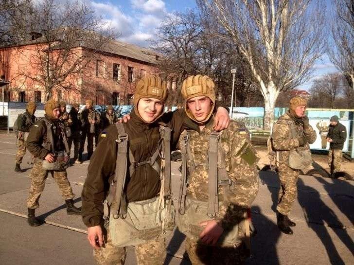 Морские пехотинцы на фоне разбомбленного коррупцией здания