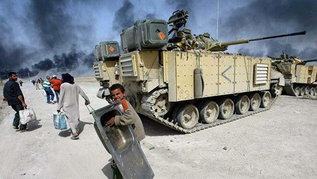 Британский танк в городе Басра в Ираке. 29 марта 2003