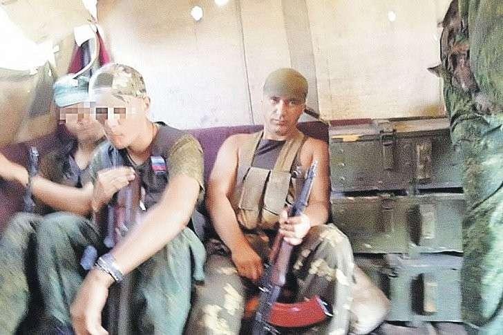«Серб» (крайний справа) с товарищами во время боев за Луганск. Фото: Личный архив