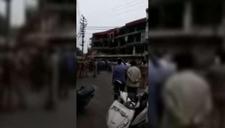 Дикие индусы снесли Торговый Центр вместе с покупателями