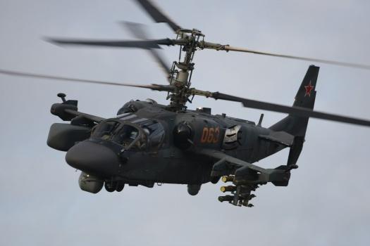 Российские пилоты Ка-52 устроили авиашоу перед отдыхающими на пляже в Сирии