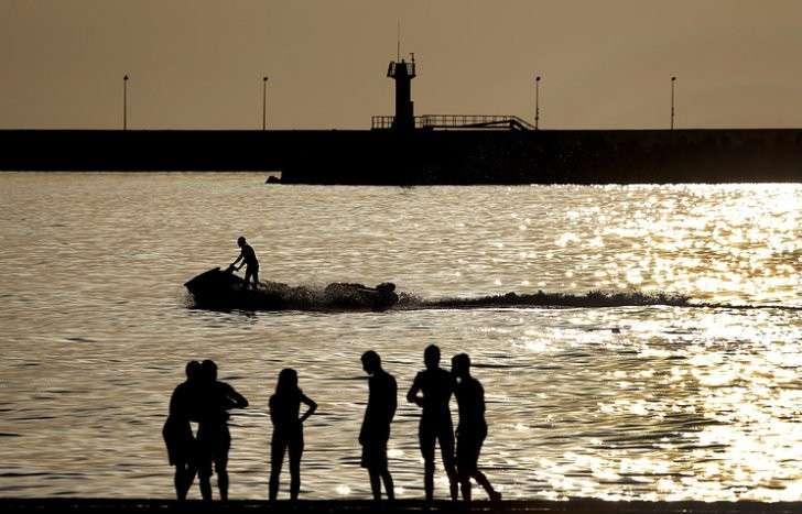 На сочинских пляжах запретили купаться с восьми вечера до восьми утра