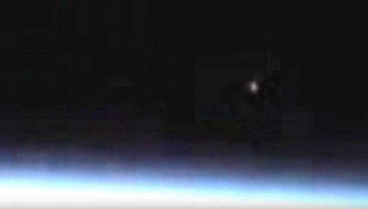 Приближающийся к Земле неопознанный объект сняли на видео с МКС