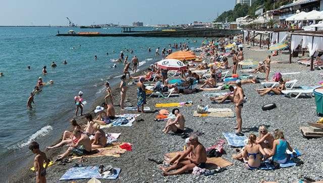 Отдыхающие на пляже в Сочи. Архивное фото
