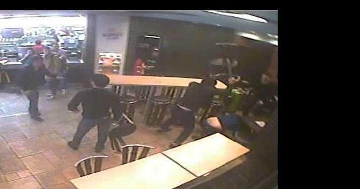 В Петербурге из-за гамбургера в Макдоналдсе устроили массовую драку стульями