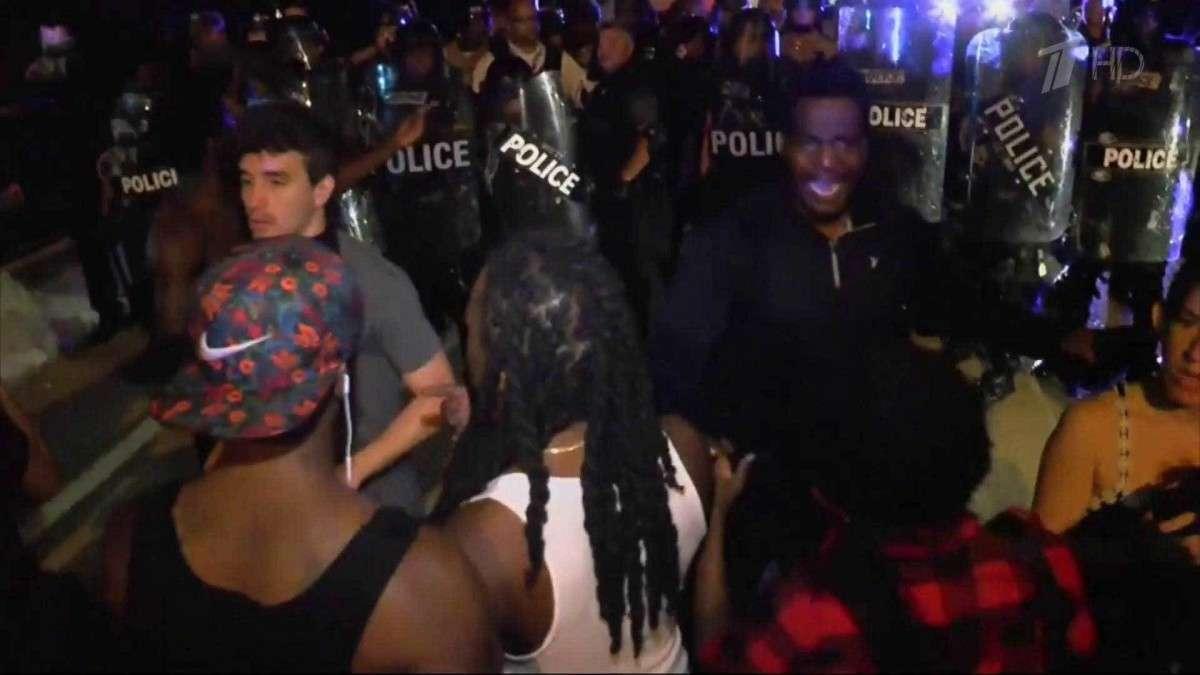 В Америке начались аресты людей, призывающих убивать белых полицейских
