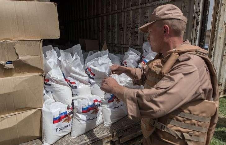 Российские военные доставили гуманитарную помощь жителям сирийской провинции Латакия