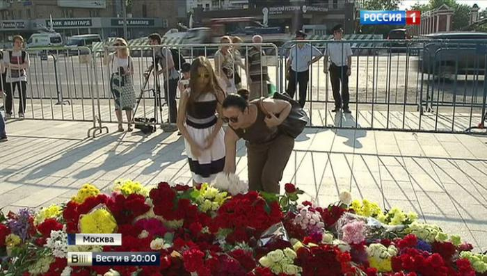 Россия скорбит о трагедии в Ницце: к посольству Франции несут цветы и детские игрушки