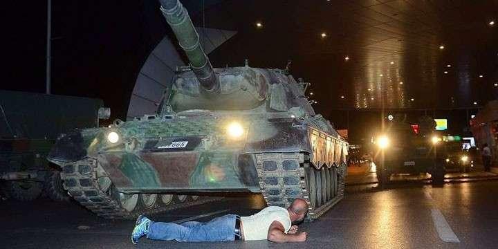 СМИ: Десятки тысяч человек вышли на улицы Анкары, военные покидают свои позиции