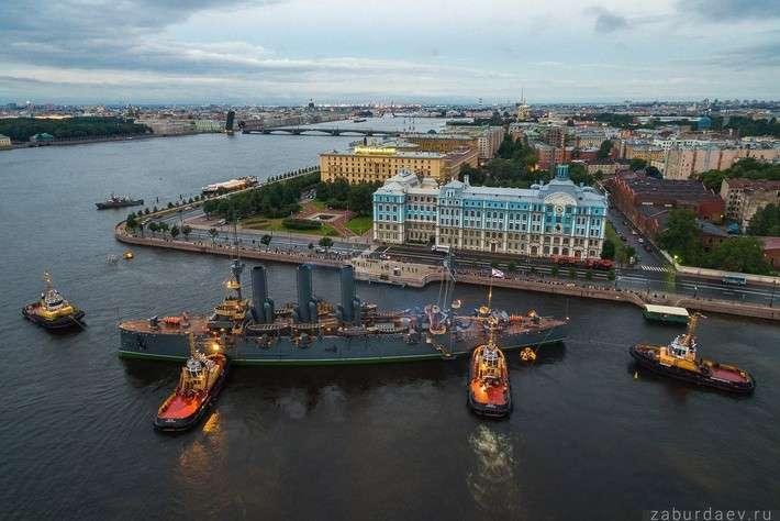«Аврора» вернулась после ремонта к месту стоянки у Петроградской набережной