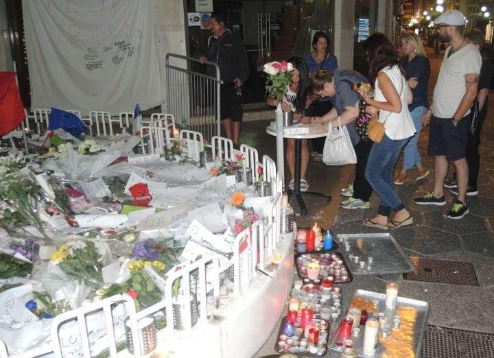 Появился новый туристический «аттракцион»: поставить свечку на газон у импровизированного мемориала и грустно помолчать Фото: Дарья АСЛАМОВА