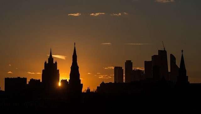 Московский Кремль и Московский международный деловой центр Москва-Сити с Большого Москворецкого моста. Архивное фото