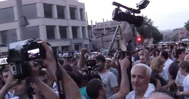 В центре Еревана опять слышны выстрелы
