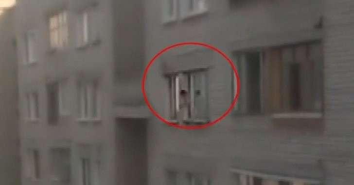 Трёхлетний ребёнок устроил прогулку по карнизу восьмого этажа в Иваново