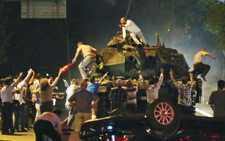 Напомним, мятежники перекрыли мосты через Босфор, ввели танки в Стамбул и заявили о переходе власти в их руки Фото: EASTNEWS/AP/FOTOLINK