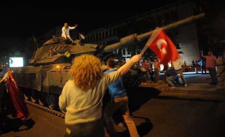 Жертвами столкновений тогда стали 290 человек, около 1500 получили ранения Фото: EAST NEWS