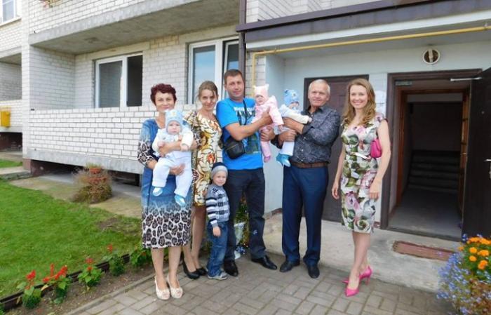 Вот это пиар! Калининградский губернатор подарил квартиру многодетной семье