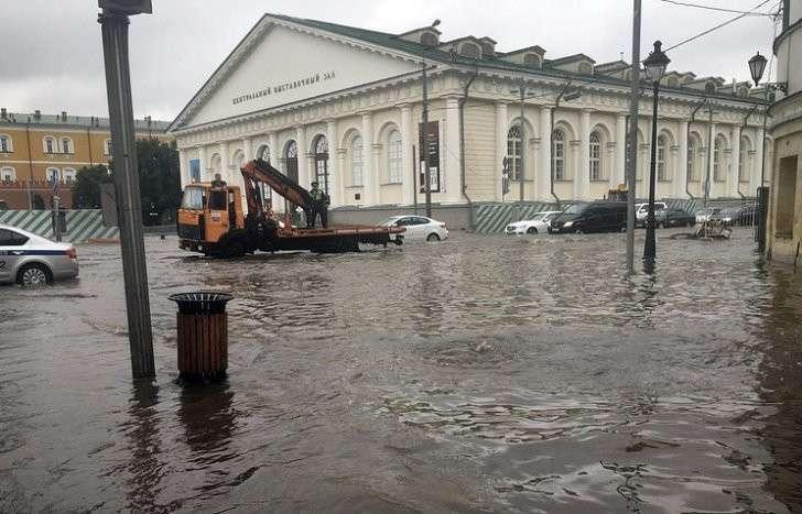 Движение в центре Москвы из-за ливня практически полностью парализовано