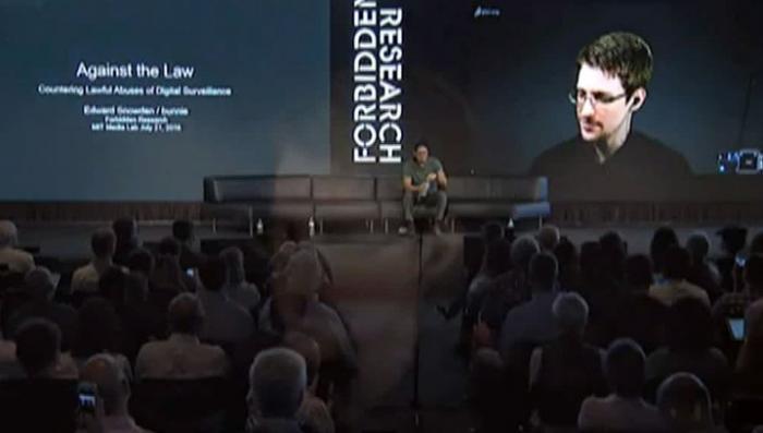 Эдвард Сноуден представил антишпионский <b>чехол для сотового</b> ...