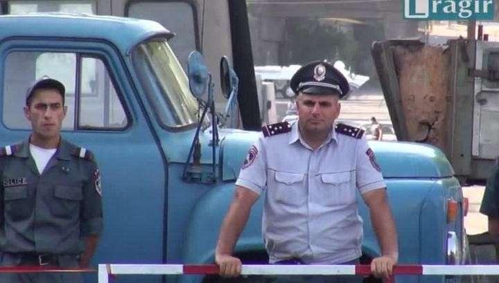 Ереванские боевики отказались сдаваться до освобождения Сефиляна