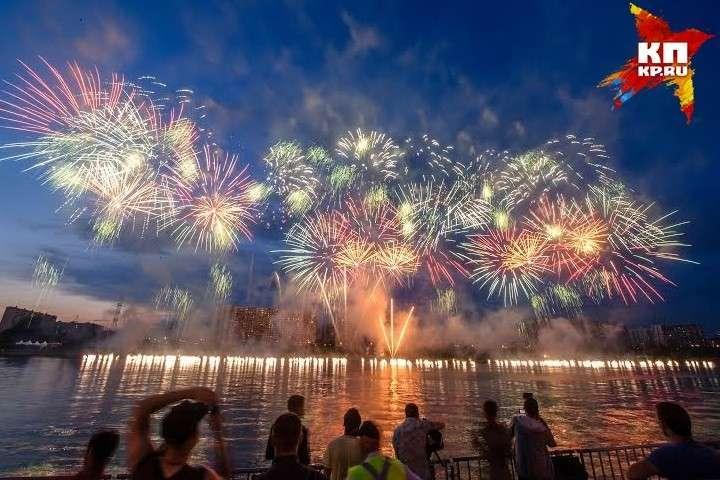 В Братеевский парк тысячи людей пришли увидеть невероятное шоу Фото: Михаил ФРОЛОВ