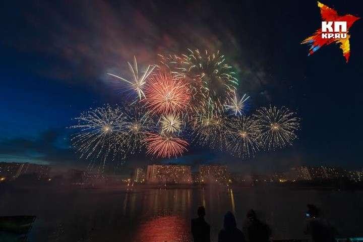 Небо в Братеевском парке 23 июля украсили миллионы огней Фото: Михаил ФРОЛОВ