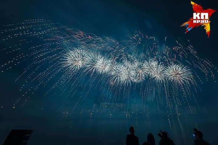 Фейерверки взрывались под песни из любимых кинофильмов Фото: Михаил ФРОЛОВ