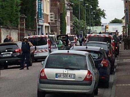 Спецназ Франции нейтрализовал двоих неизвестных, напавших на церковь. Убит священник