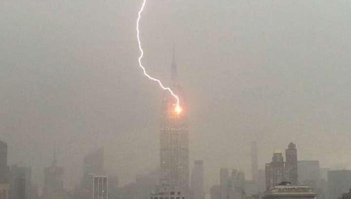 В Эмпайр-стейт-билдинг в Нью-Йорке ударила молния